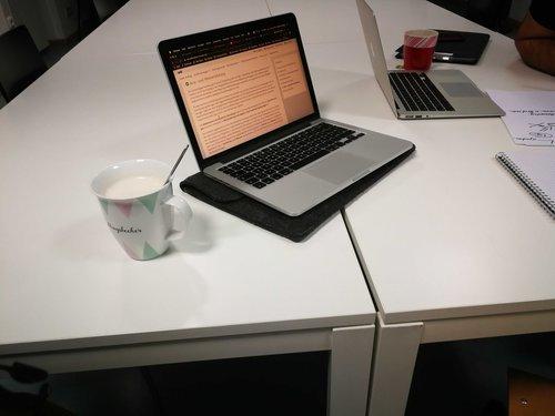 Mac Book und Tee